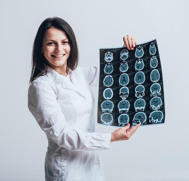 Il medico esamina attentamente la risonanza magnetica del paziente.