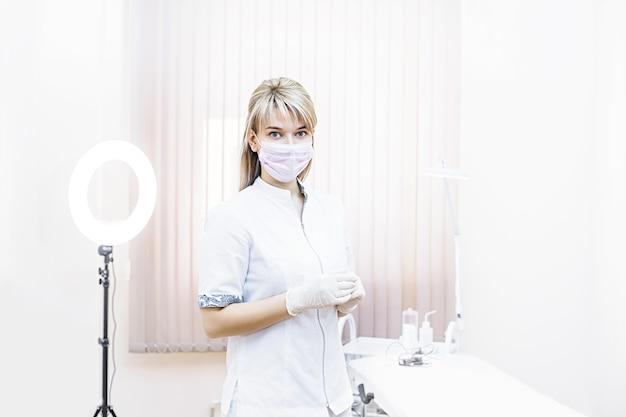 Medico estetista bella donna con un sorriso sul viso nel salone di bellezza