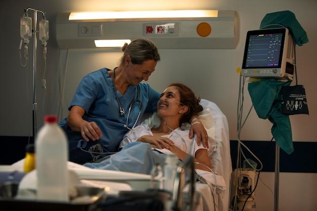 Medico che controlla un paziente in ospedale