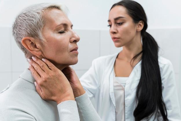 Medico che controlla i problemi di salute di un paziente