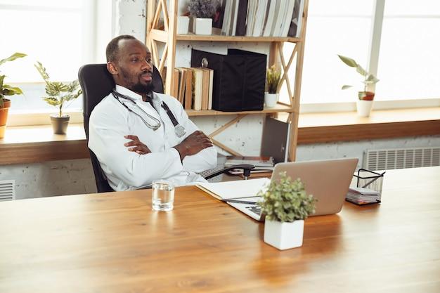 Consulenza medica per pazienti, calma e allegra
