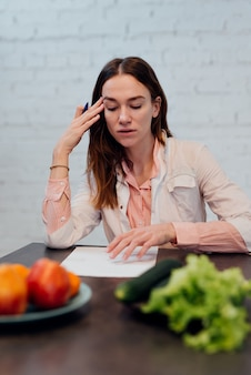 Il dietologo medico fa un piano alimentare, un medico fa una dieta per perdere peso.