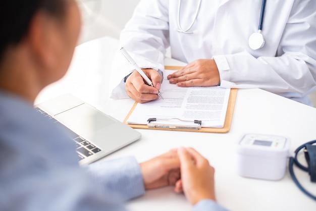Medico che discute con il paziente