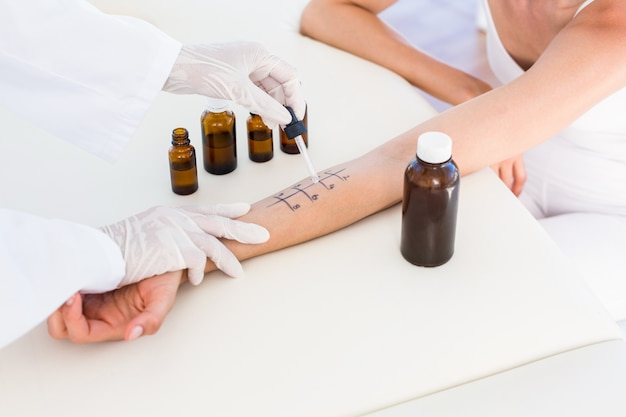 Medico facendo test di puntura della pelle al suo paziente