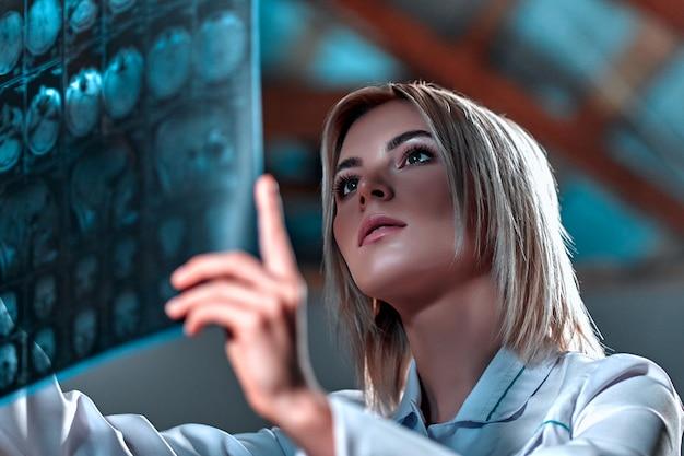 Il medico vestito con un'uniforme bianca esamina una risonanza magnetica del cervello