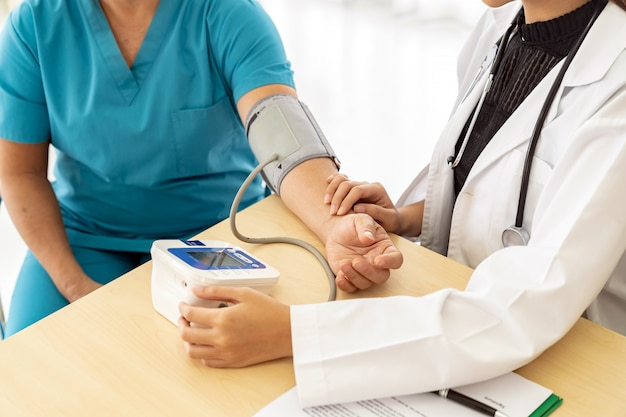 Il medico esamina la donna senior