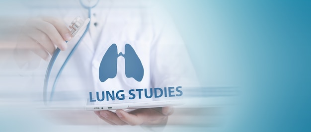 Il dottore esamina i polmoni umani