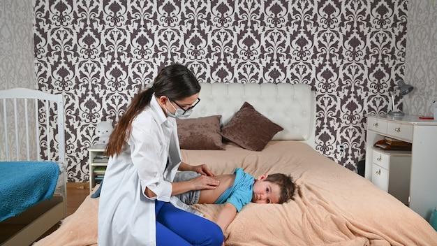 Il medico visita un bambino malato a casa.