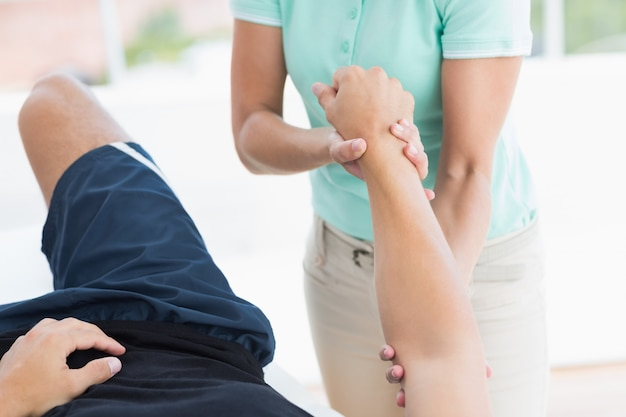 Medico che esamina il braccio dell'uomo