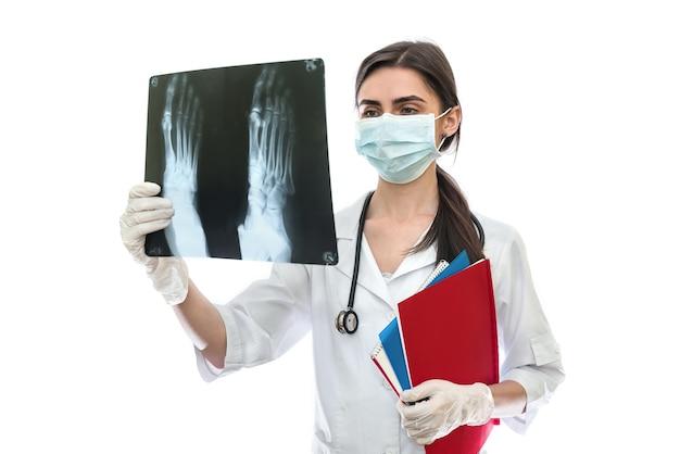 Medico che esamina i raggi x del paziente di un piede