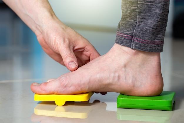 Medico che esamina il paziente con i piedi piatti dal primo piano
