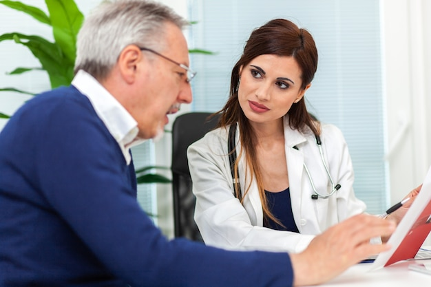 Medico che esamina una radiografia con il suo paziente