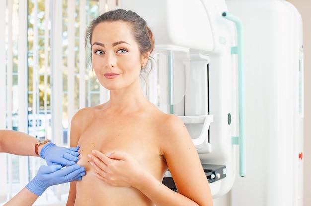 Medico che esamina il seno di una donna