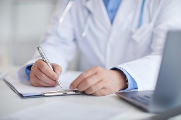 Medico che riempie la carta medica