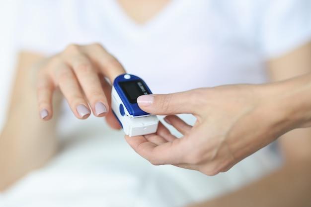 Il medico ripara il cardiofrequenzimetro sul dito. concetto di misurazione della frequenza cardiaca del paziente