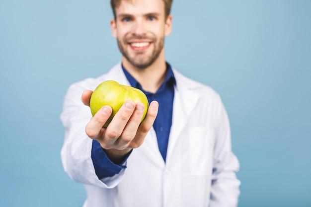 Medico che dà il concetto di mela per una sana alimentazione e uno stile di vita o una buona dieta