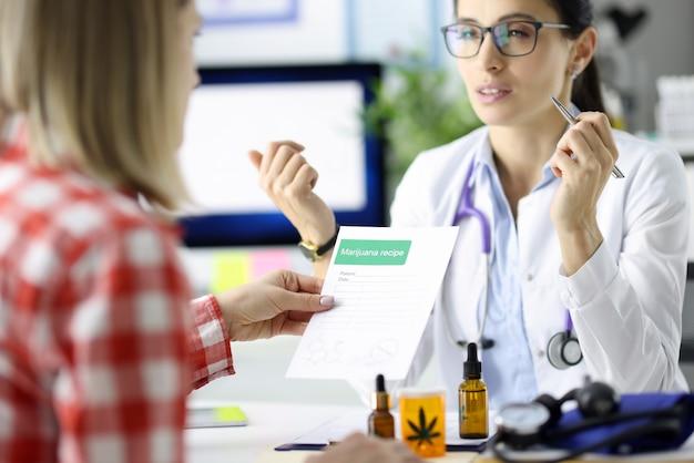 Medico che dà al paziente la prescrizione di farmaci in trattamento clinico con farmaci a base di marijuana