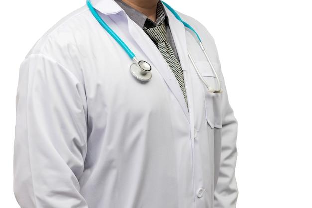 Dottore in camice uniforme con stetoscopio isolato su sfondo bianco