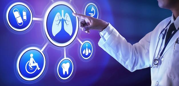 Mano del medico spingendo il pulsante sullo schermo virtuale. concetto di tecnologia medica