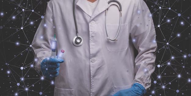 Il dottore teneva una bottiglia di medicina per vaccini e una siringa medica medical