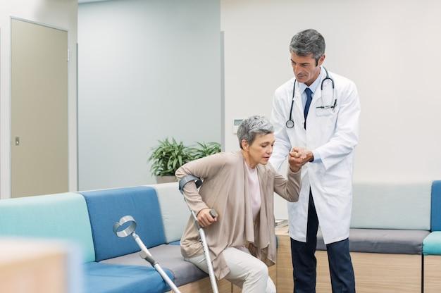 Medico che aiuta il paziente