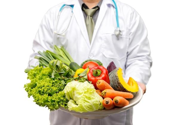 Medico azienda cesto assortire verdure fresche isolate su sfondo bianco.