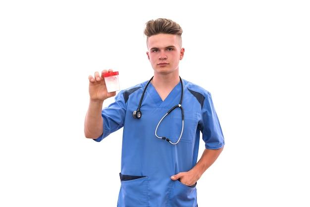 Medico che tiene la bottiglia con le pillole isolate su fondo bianco