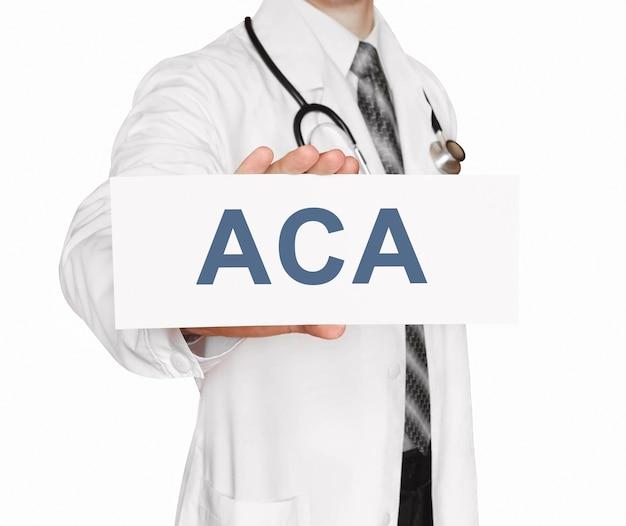 Medico in possesso di una carta con aca, concetto medico