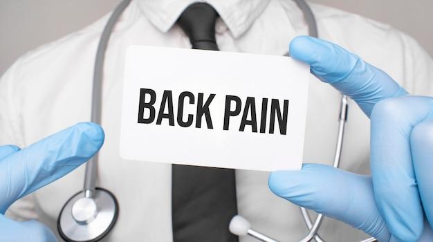 Medico che tiene una carta con dolore alla schiena, concetto medico