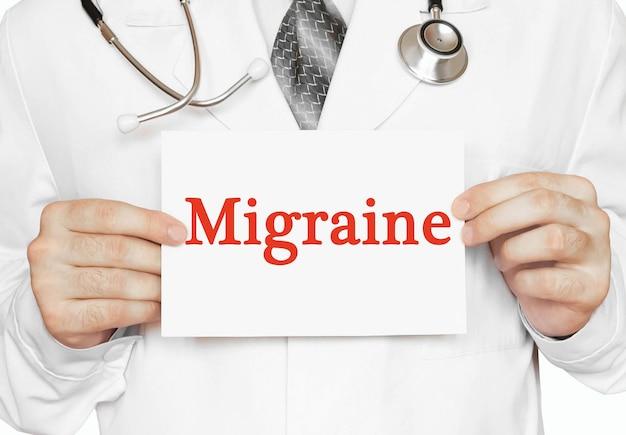 Medico in possesso di una carta con emicrania, concetto medico