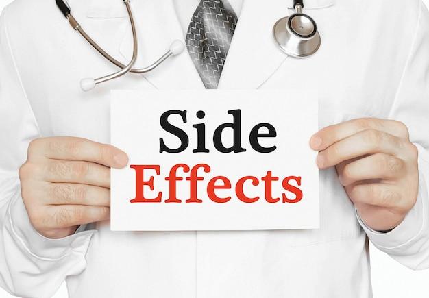Medico in possesso di una carta con effetti collaterali, concetto medico