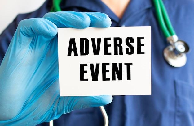 Medico in possesso di una scheda con testo evento avverso
