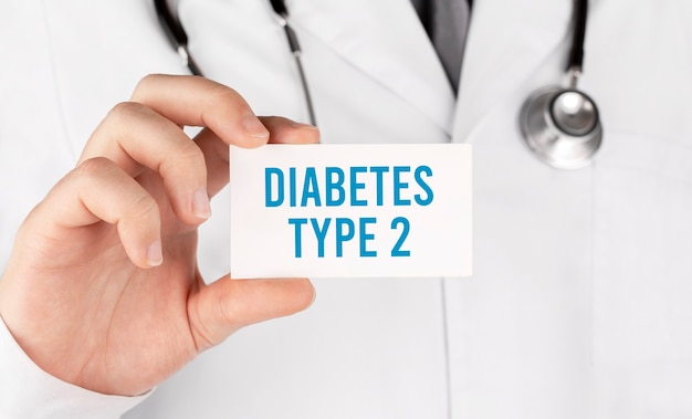 Medico in possesso di una carta con testo diabete di tipo 2, concetto medico