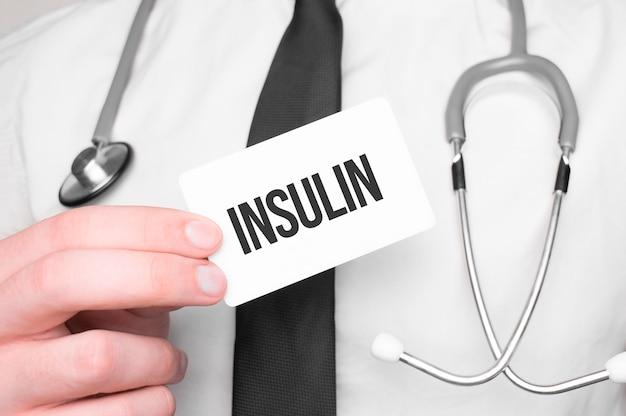Medico che tiene una carta con insulina di testo, concetto medicomedical Foto Premium
