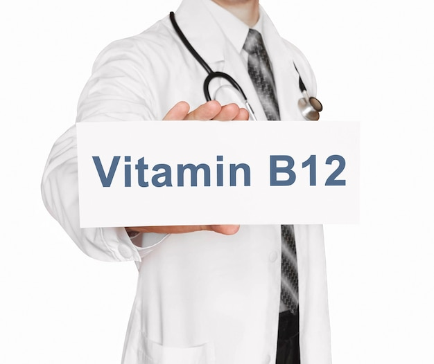 Medico che tiene una carta con vitamina b12, concetto medico