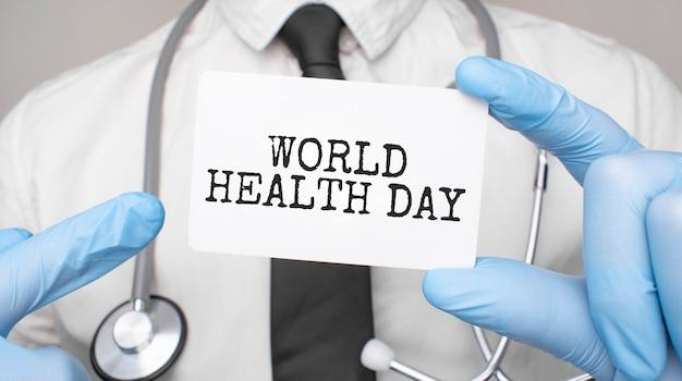Dottore in possesso di un biglietto con la giornata mondiale della salute