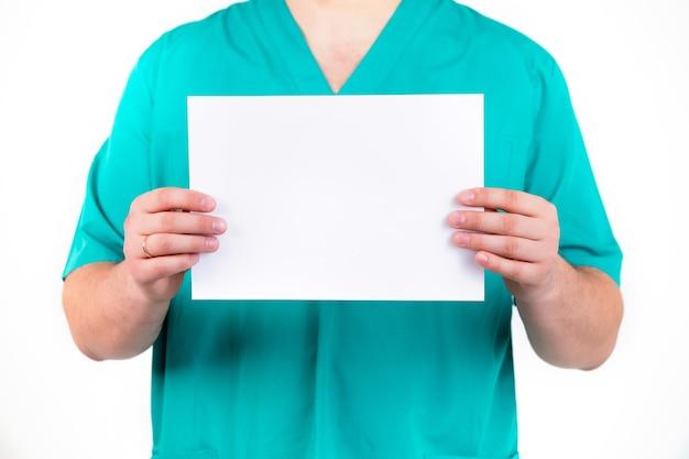 Un medico tiene in mano un foglio bianco