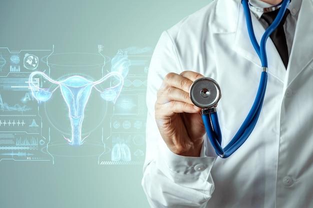 Medico e ologramma dell'organo femminile dell'utero. visita medica, consultazione delle donne, ecografia, ginecologia, ostetricia, gravidanza, medicina moderna.