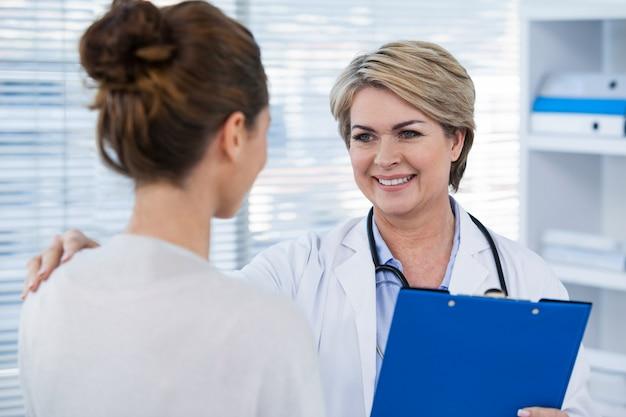Medico che interagisce con il paziente