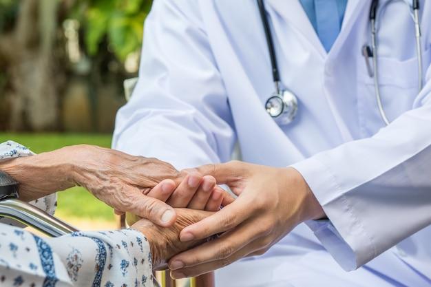 Il medico incoraggia gli anziani a mantenersi in salute