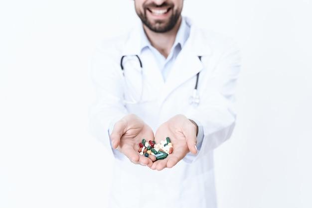 Il dottore è un buono con il buon umore in accappatoio.