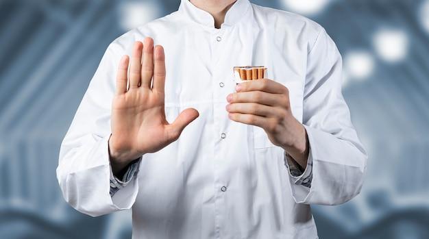 A il dottore tiene e frena la sigaretta, smetti e smetti di fumare
