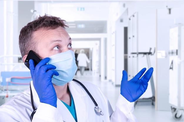 Un medico sta parlando al telefono nel suo ufficio. concetto medico.