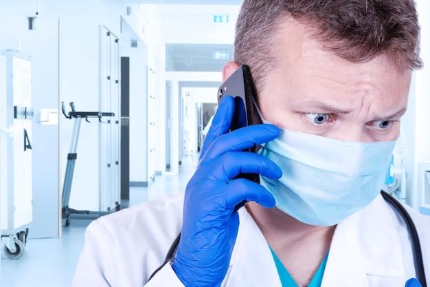 Un medico sta parlando al telefono nel suo ufficio