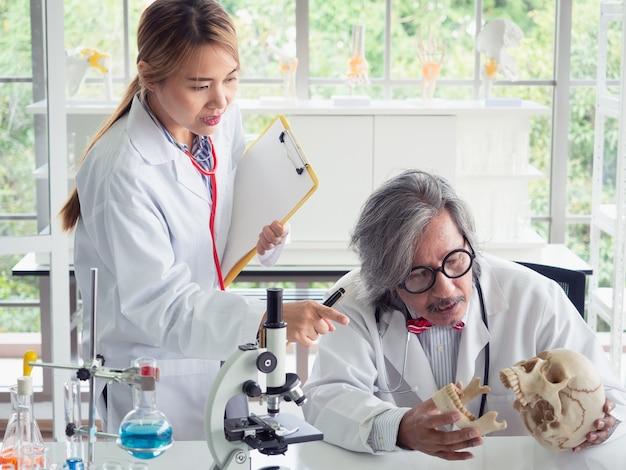 Il medico sta insegnando l'analisi delle ossa in laboratorio