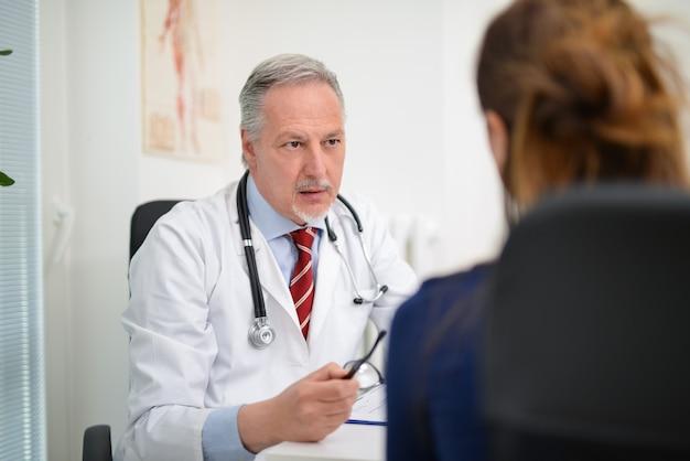 Dottore che ascolta un paziente