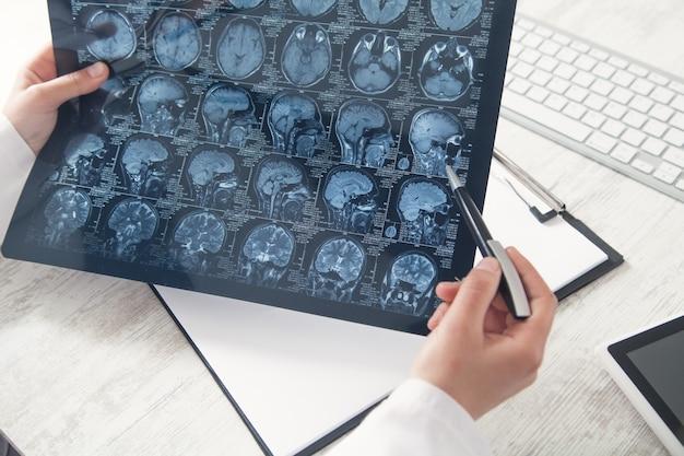 Medico che esamina la maschera dei raggi x della testa.