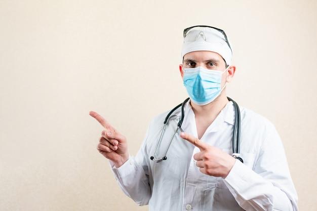 Il dottore in maschera e occhiali indica il lato. foto di alta qualità