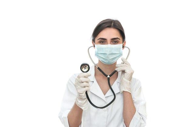 Dottore in maschera con stetoscopio isolato su bianco