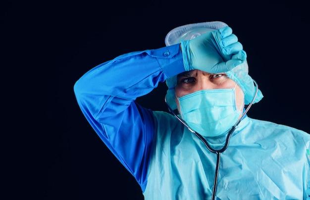 Dottore in maschera medica. medicina, professione e concetto di assistenza sanitaria.